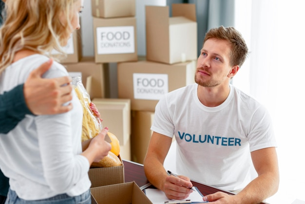 Volontari che preparano il cibo per la donazione
