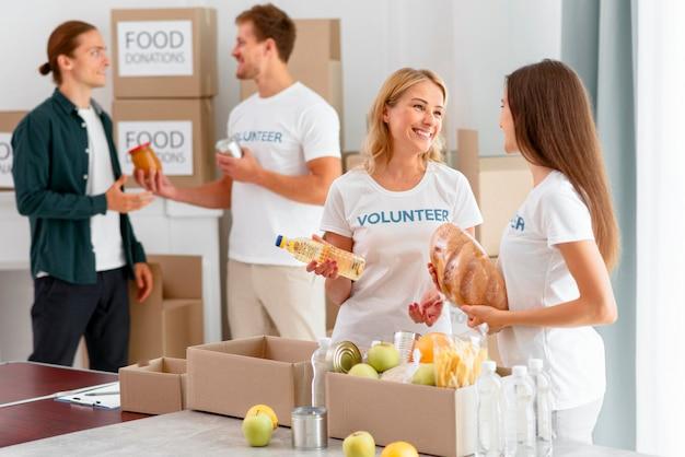 Volontari che preparano provviste di cibo per la donazione