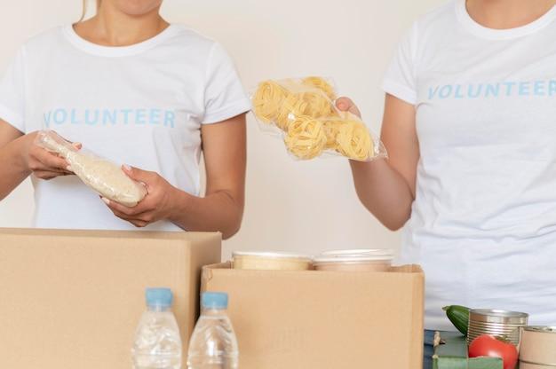 Volontari che mettono le disposizioni per la donazione nella casella