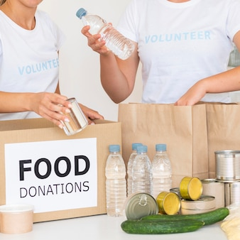 寄付のために水をバッグに入れるボランティア