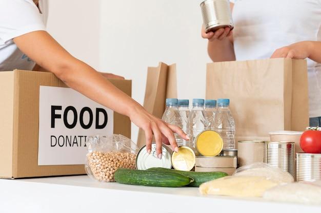 Volontari con cibo da donare