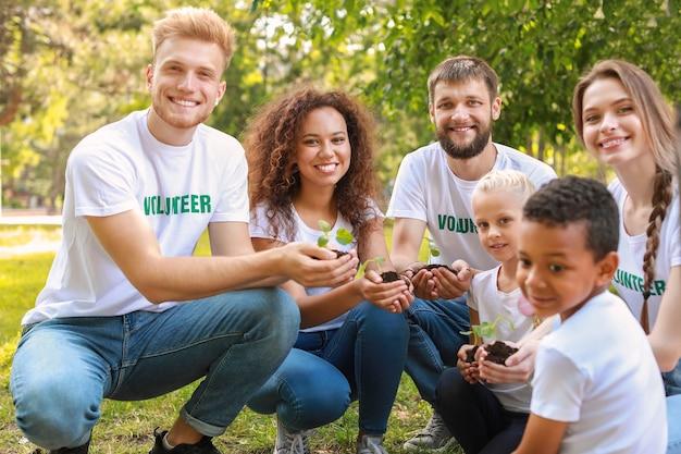 야외에서 어린 식물을 가진 자원 봉사자