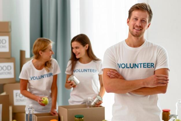Volontari al lavoro preparando donazioni per beneficenza