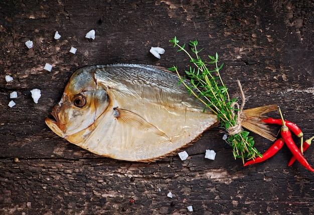 木製の表面にボマースモーク魚