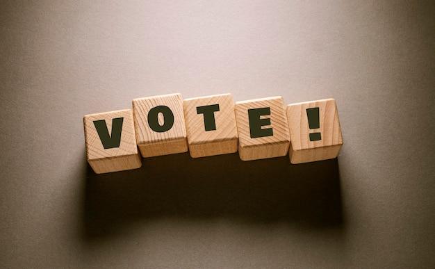 나무 큐브에 쓰여진 단어 투표