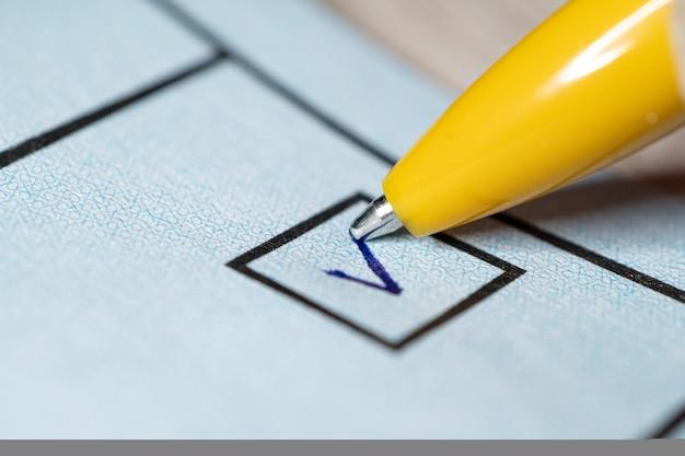 V로 표시된 만년필로 예 또는 아니오 체크박스에 투표