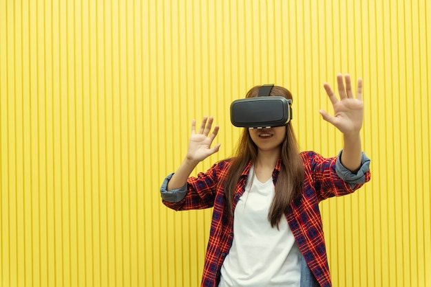 若い女性がホームエンターテインメントvr技術を使って映画を見て、hでゲームをする