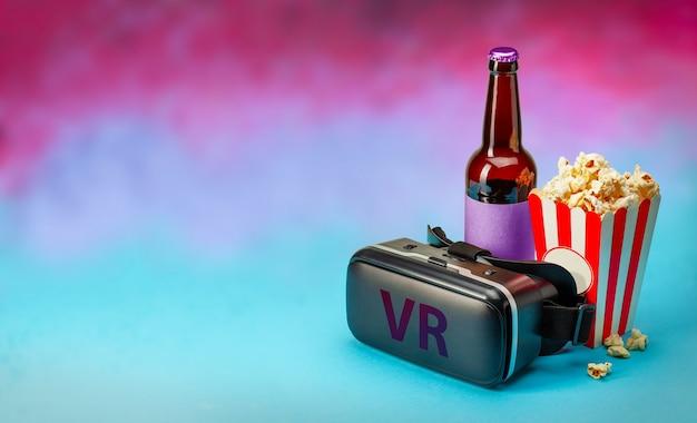 Vr фильм дома vr очки шлем и попкорн и бутылка пива на красочном фоне копирование пространства