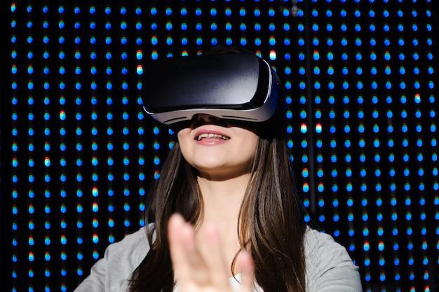 Молодая красивая женщина, используя vr, играя очки vr-гарнитуры для концепции виртуальной реальности