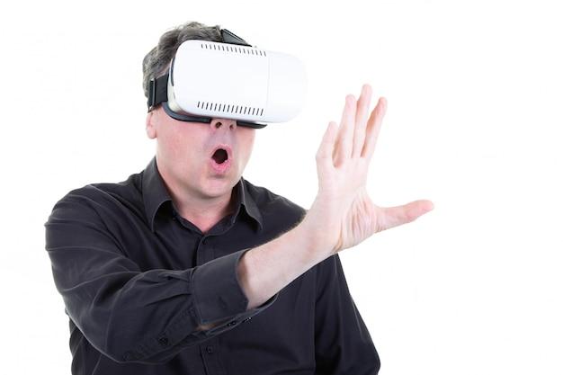 仮想現実のゴーグルとジェスチャーで頭の上のvrヘッドセットを持ったビジネスマン