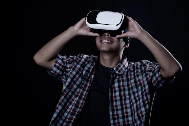 仮想現実ゴーグル、vrヘッドセットを着ている学生の男。