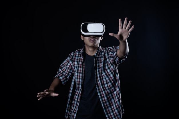 Человек студента нося очки виртуальной реальности, шлемофон vr.