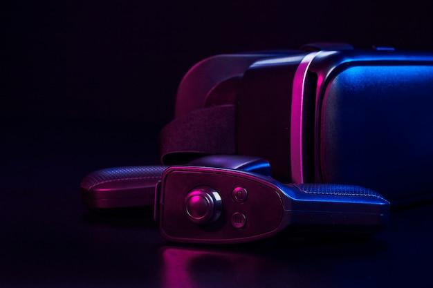 Vr. оборудование виртуальной реальности на столе.