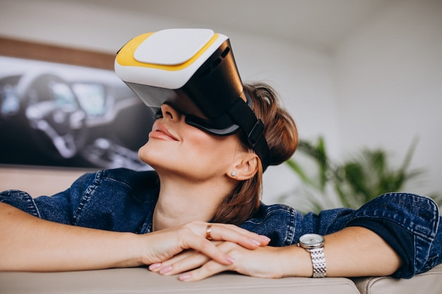 Vrメガネを着用し、仮想ゲームを見て若い女性