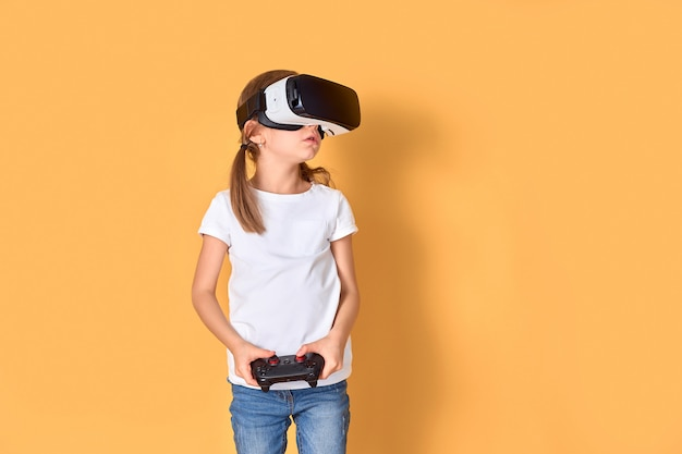 Vrヘッドセットとジョイスティックゲームを経験している少女。彼女の顔に驚いた感情。バーチャルリアリティにゲームガジェットを使用する子供。