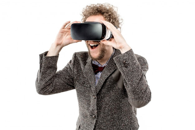 茶色のスーツを着ている若い縮れ毛の実業家は、vrヘッドセットを使用します