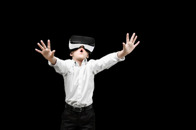 分離された興奮で手を出すvrメガネをかけて正式な服装の子供