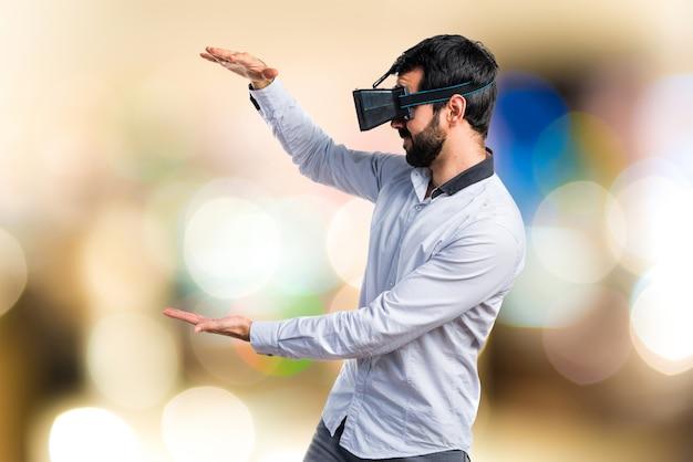 Человек, использующий очки vr, держащий что-то на фокусе