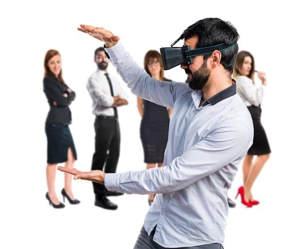 Человек, использующий очки vr, держит что-то