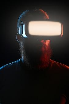 Концепция кибер понедельник. человек в очках vr