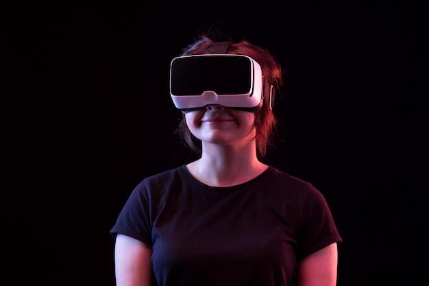 Молодая женщина, используя очки vr