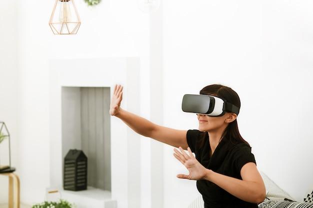 今日の仮想現実。仮想現実の世界で若い女性。 vrメガネを使用するスマートフォン。