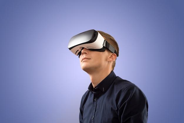 Vrメガネを使用するスマートフォン。仮想現実の眼鏡をかけている男。今日の仮想現実。