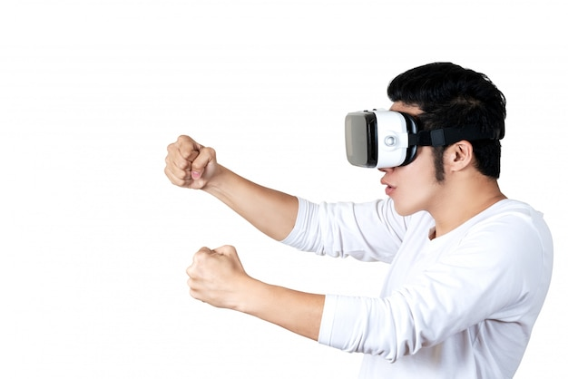 保持またはvr眼鏡をかけているカジュアルな服装の若いアジア人男性