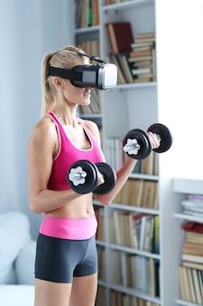 ダンベルとvrヘッドセットとフィットネス女性トレーニング