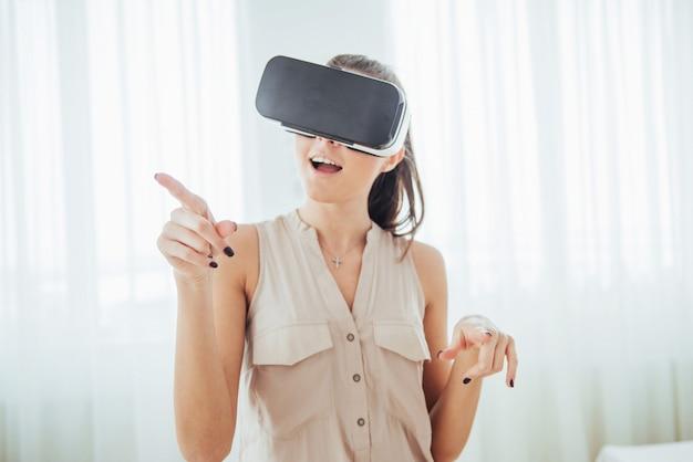 Счастливая женщина получает опыт использования гарнитуры виртуальной реальности vr-очки в яркой