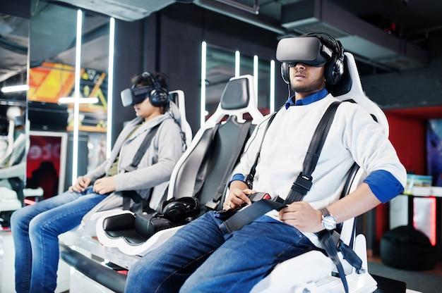 Два молодых индийца веселятся с новой технологией гарнитуры vr на симуляторе виртуальной реальности
