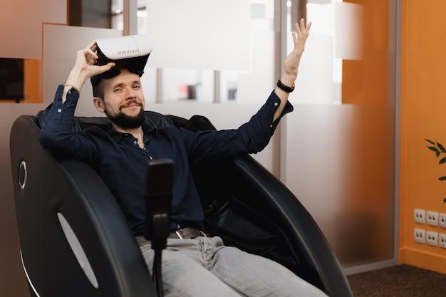 Vr技術を使用してマッサージしている肘掛け椅子の男