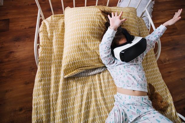 ベッドでvrゴーグルで遊ぶ子供