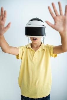 Вид спереди ребенок играет с очками vr