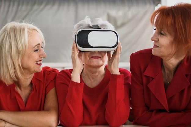 Vrテクノロジーを使用する年配の女性