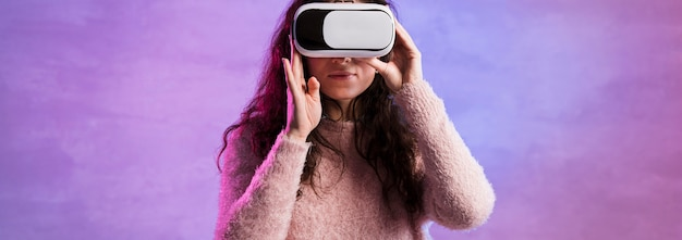 Женщина вид спереди пробует новую технологию vr