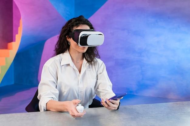 Женщина используя vr и мобильный телефон