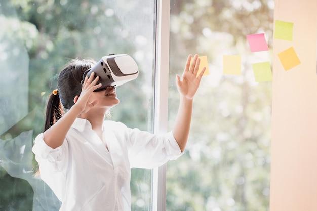 Шлемофон взаимодействия виртуальной реальности азиатом красивая молодая женщина нося касающий воздух во время коробки vr для играть средства массовой информации будущего игры имитатора. технология цифрового футуристического инновационного устройства концепции
