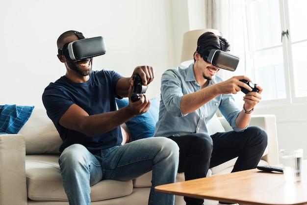 Vrヘッドセットで仮想現実を体験している男性