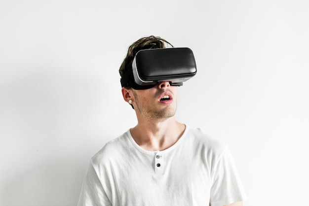 Vrヘッドセットで仮想現実を体験している白人