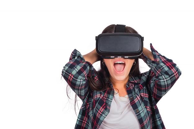 Женщина играет с vr-гарнитура очки.