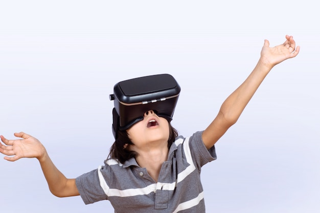 少年がvrでビデオゲームをプレイします。