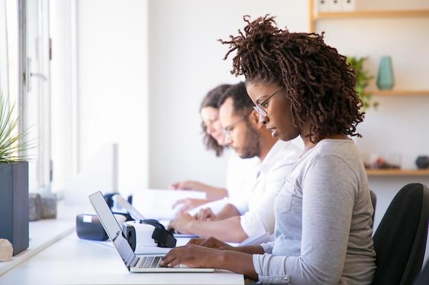 Сосредоточенные пользователи, тестирующие программное обеспечение vr