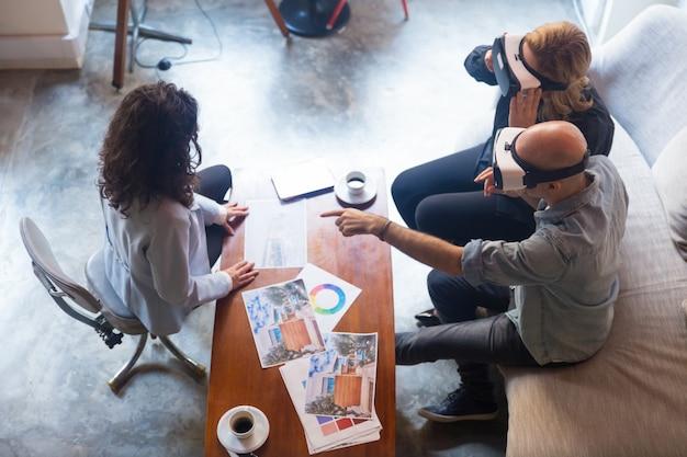 Дизайнер интерьеров клиентов в очках vr трогает воздух