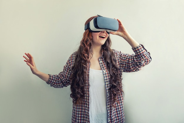 白で隔離仮想現実vrメガネヘルメットを使用して笑顔の若い女性