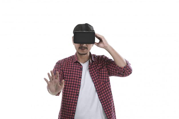 Vrヘッドセットを通して仮想現実を経験している若いアジア人