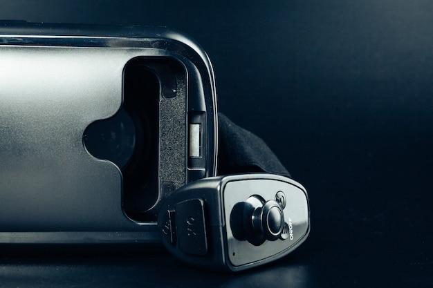 黒いテーブルの上のvr仮想現実の眼鏡。