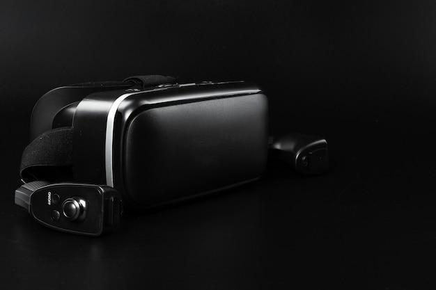 Очки виртуальной реальности vr на черном столе.