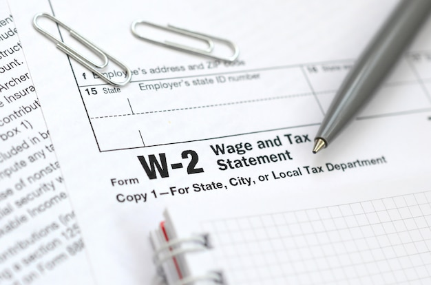 Ручка и блокнот на налоговой форме w-2. время платить налоги