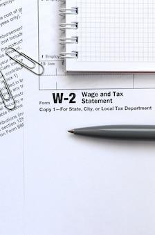 ペンとペンのノートはw-2賃金と納税明細書を形成します。税金を払う時間